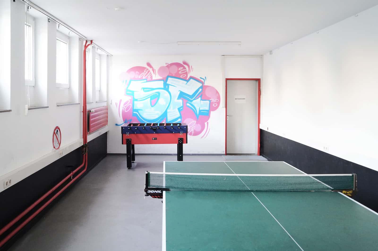 Studentenheim – Freizeitkeller und Partyraum mit Tischtennisplatte und Kickertisch
